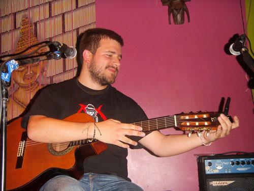 """Alberto Leal durante la presentación del disco """"De amores y rayuelas» en la Sala Zanzíbar de Madrid."""