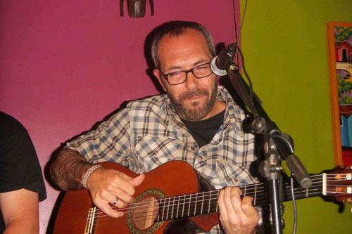 """Alejandro Ferre durante la presentación del disco """"De amores y rayuelas» en la Sala Zanzíbar de Madrid."""