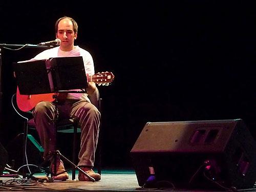Diego Kuropatwa en el homenaje «BarnaSants canta Benedetti» en el Teatro Macció. © Josep Maria Hernández Ripoll