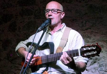 Enric Hernàez canta en el boliche Paullier y Guaná de Montevideo. © Josep Maria Hernández Ripoll