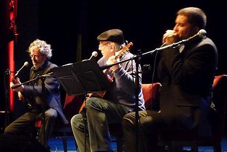 Francesc Pi de la Serra, quien se presentó acompañado por el armonicista Joan Pau Cumellas, invitó a Daniel Viglietti a acompartir escenario. © Josep Maria Hernández Ripoll