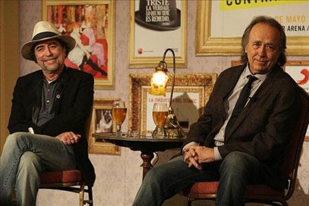Joaquín Sabina y Joan Manuel Serrat en la rueda de prensa del hotel Sheraton de Santiago. © EFE