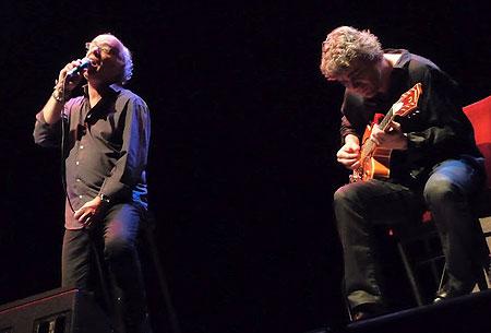 Joan Isaac acompañado a la guitarra por Josep Traver. © Josep Maria Hernández Ripoll