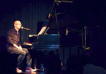 Alejandro Martínez al piano en el Centro de Cultura Español en Montevideo. © Josep Maria Hernández Ripoll