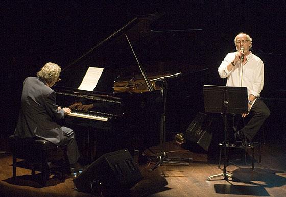 El pianista Francesc Burrull acompaña a Joan Isaac con el piano. © Xavier Pintanel