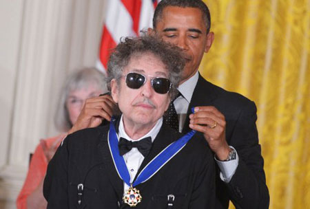 El presidente de Estados Unidos Barack Obama impone la «Presidential Medal Of Freedom» a Bob Dylan. © AFP