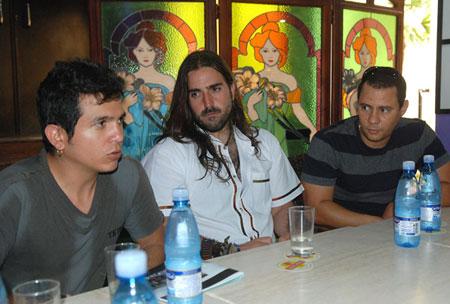 Andrés Suárez sentado entre el dúo Buena Fe en la rueda de prensa de ayer. © Raúl Pupo/Juventud Rebelde