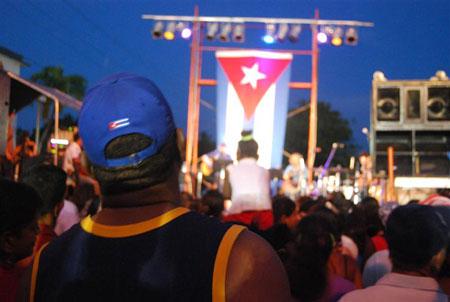 Concierto de Silvio Rodríguez en un barrio de La Habana. © Víctor Casaus