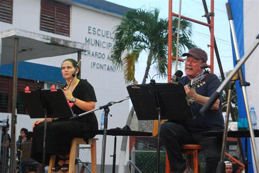 Niurka González y Silvio Rodríguez en concierto en el barrio de Mantilla en La Habana © Víctor Casaus