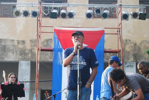 Víctor Casaus interviene en el concierto de Mantilla como parte de la gira de Silvio Rodríguez por los barrios más humildes de La Habana.