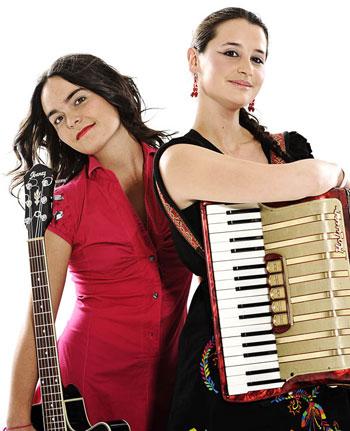 Camila Moreno y Pascuala Ilabaca, dos jóvenes trovadoras chilenas con una carrera muy prometedora. © Javiera Eyzaguirre