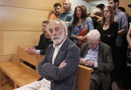 Javier Krahe sentado en el «banquillo de los acusados», durante el juicio que tuvo lugar en el Juzgado de lo Penal número 8 por un delito contra los sentimientos religiosos. © EFE/Paco Campos