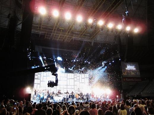 Final de fiesta con «Boig per tu» interpretada por la mayoría de los participantes en el concierto benéfico «Les nostres cançons contra la sida». © Carles Gracia Escarp