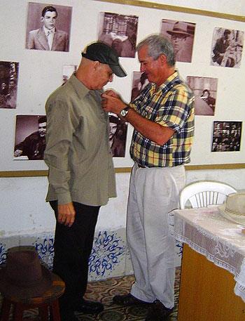 José Antonio Martín Pulido, vicepresidente primero de la UPEC Nacional, entrega la Distinción Félix Elmuza a Vicente Feliú. © Radio 26