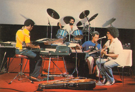 Frank Bejerano (al fondo, tocando la batería) en los tiempos que formaba parte del grupo de Pablo Milanés.
