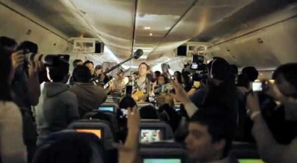 Kevin Johansen cantando durante el vuelo LA445 de Buenos Aires a Santiago.