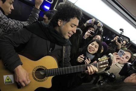 Manuel García cantando en el Metro de Santiago. © Agencia UNO