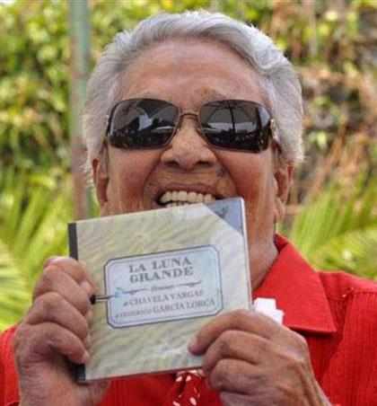Chavela Vargas sostiene un ejemplar de «La Luna grande».