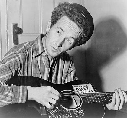 La guitarra de Woody Guthrie llevaba la leyenda «esta máquina mata fascistas».