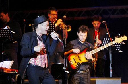 Juan Perro en el escenario flotante del festival Pirineos Sur de la localidad oscense de Lanuza (Huesca), acompañado por la sonoridad afronorteamericana de los músicos de su Zarabanda. © EFE