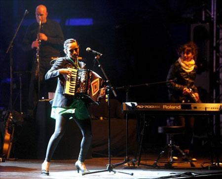 La cantante mexicana Julieta Venegas, durante el concierto que ha ofrecido esta pasada noche en la segunda jornada del festival Pirineos Sur, celebrado en la localidad aragonesa de Lanuza. © EFE