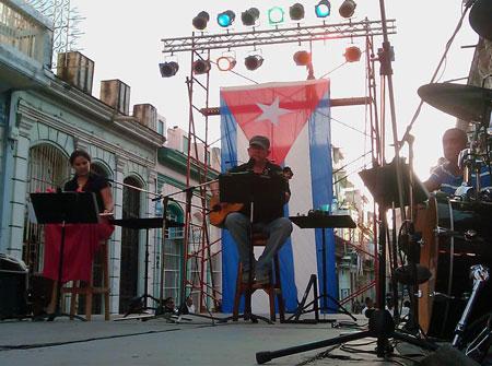 Silvio ROdríguez en las barrios. © Víctor Casaus