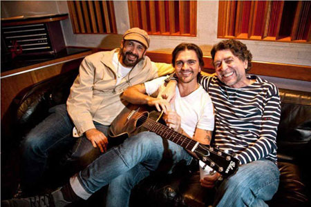 Juan Luis Guerra, Juanes y Joaquín Sabina, autores de la canción «Azul Sabina».