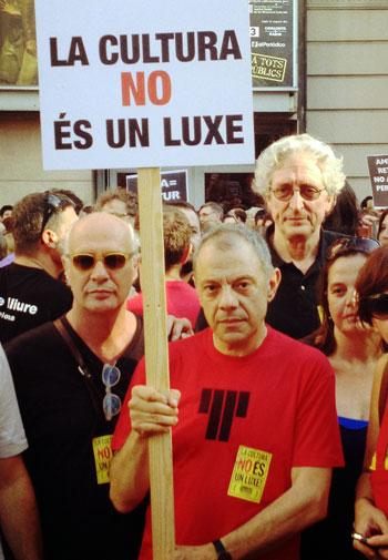 Lluís Pasqual, director del Teatre Lliure sostiene una pancarta flanqueado por Joan Isaac y Jordi Fàbregas, director del Festival Tradicionàrius. © Time Out