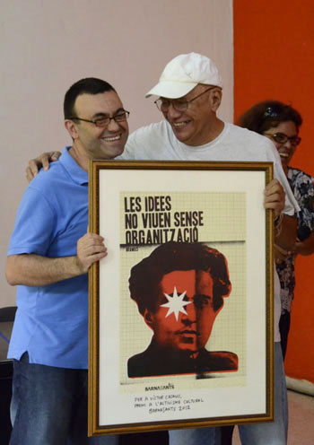 Juan Miguel Morales entrega el premio BarnaSants a Víctor Casaus en La Habana. © Alain Gutiérrez