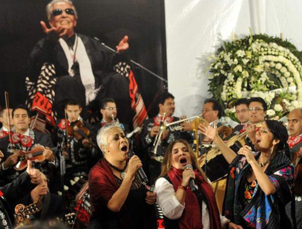 Eugenia León, Tania Libertad y Lila Downs cantando en el funeral de Chavela Vargas.