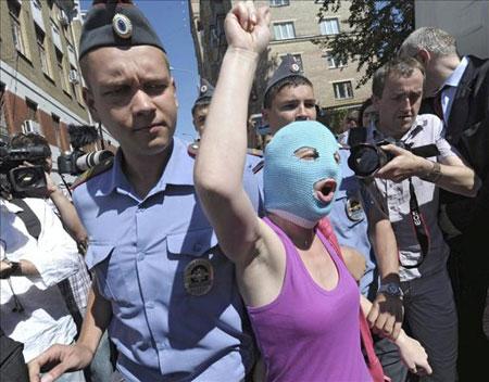 La policía detiene a una seguidora del grupo punk ruso Pussy Riot cerca del tribunal Jamóvniki de Moscú, Rusia. © EFE