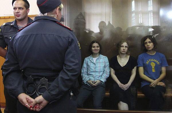 De izquierda a derecha: Yekaterina Samutsévich, María Aliójina y Nadezhda Tolokónnikova, las tres integrantes detenidas de Pussy Riot, durante su juicio en Moscú el 17 de agosto de 2012. © EFE/Maxim Shimpenkov