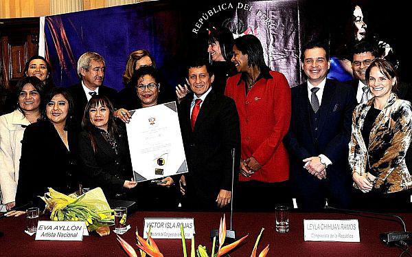 Eva Ayllón recibe la condecoración del Congreso de la República del Perú. © ANDINA