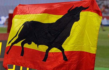 Bandera española con el toro de Osborne.