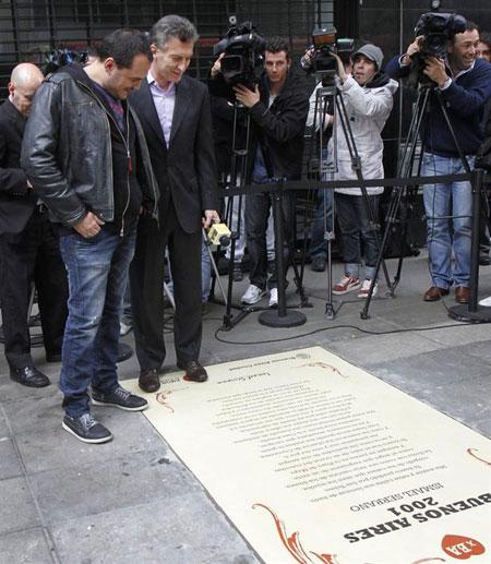 Ismael Serrano contempla la «baldosa» con la letra de su canción «Buenos Aires 2001».