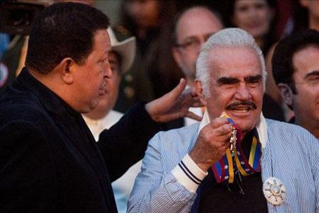 El presidente de Venezuela, Hugo Chávez, durante la condecoración al cantante mexicano Vicente Fernández en el palacio de Miraflores en Caracas (Venezuela). © EFE