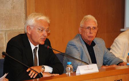 El conseller de Cultura del gobierno catalán, Ferran Mascarell y el cantautor Raimon en la presentación. © Departament de Cultura/Generalitat de Catalunya