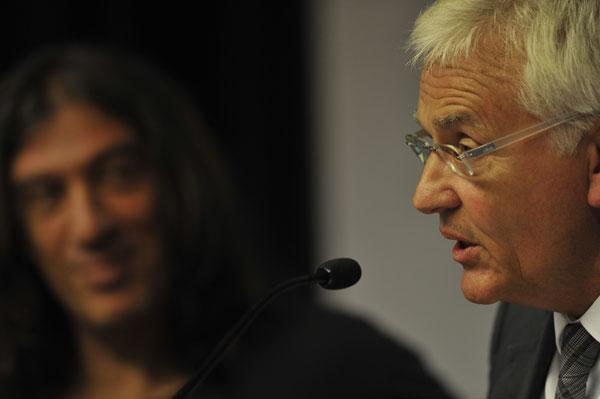 Ferran Mascarell, Conseller de Cultura del gobierno catalán bajo la sonriente mirada de Gerard Quintana.  © Josep Tomàs