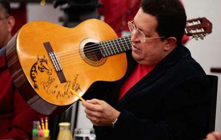 El Presidente Hugo Chávez muestra la guitarra que le regaló Vicente Fernández. © AVN