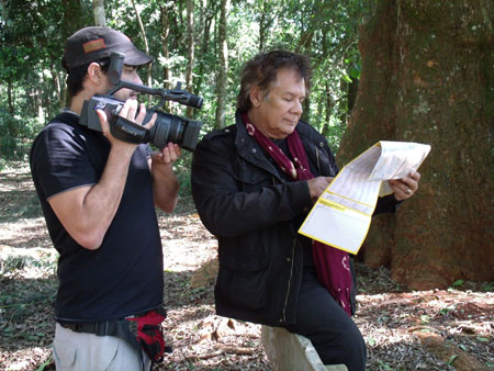 Víctor Heredia durante la filmación del documental «Buscando al Comandante Andresito». © Payé Cine