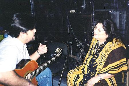 Ricardo Flecha con Mercedes Sosa, una de las participantes en el proyecto «El canto de los Karaí».