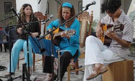 Rita del Prado (en el centro) con el dúo Karma. © Télam