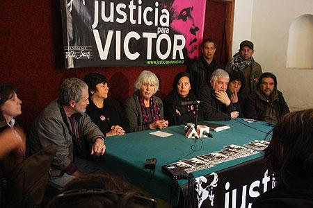 Rueda de prensa de la Fundación Víctor Jara. En el centro Joan Jara y a su izquierda Gloria König, Jorge Coulón de Inti-Illimani y Roberto Márquez de Illapu.