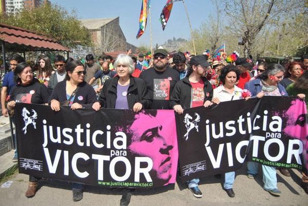 Joan Jara encabezando una manifestación enmarcada en la campaña «Justicia para Víctor». © Miguel Campos