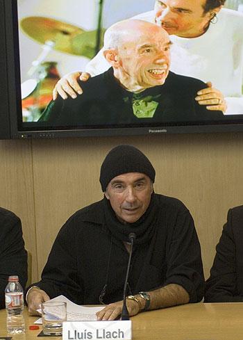 Lluís Llach bajo una foto con el poeta Miquel Martí i Pol © Xavier Pintanel