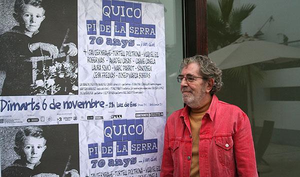 Francesc Pi de la Serra posando junto al cartel del concierto «70 anys i un dia». © Xavier Pintanel