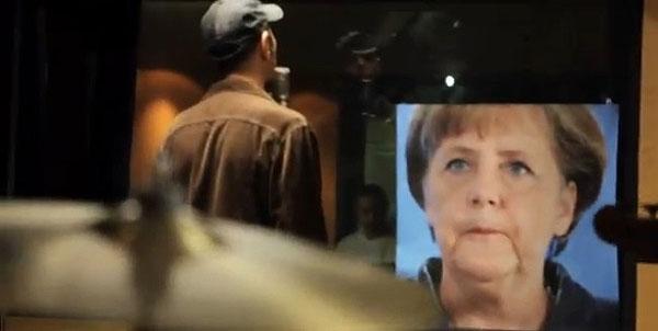 Alejo Stivel le canta «Ojalá» a Angela Merkel.