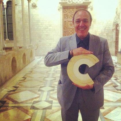 Pere Camps mostrando el Premio Nacional de Música. © BarnaSants