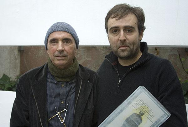 Lluís Llach con el vencedor de la quinta edición del Premio Miquel Martí i Pol, Roger Mas, mostrando la escultura de Josep Bofill. © Xavier Pintanel
