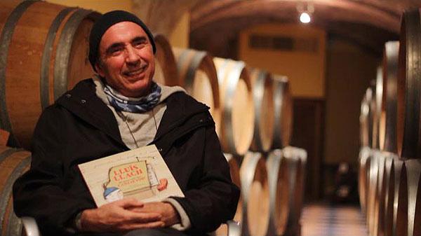 Lluís Llach mostrando satisfecho el libro «Lluís Llach. De gran vull ser... cantautor» en su bodega de Porrera. © Fundació Lluís LLach